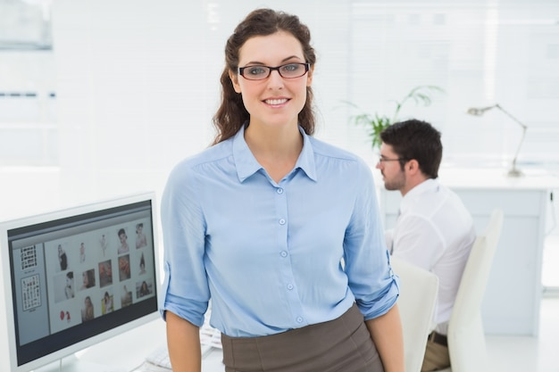 Portret uśmiechnięta bizneswoman pozycja