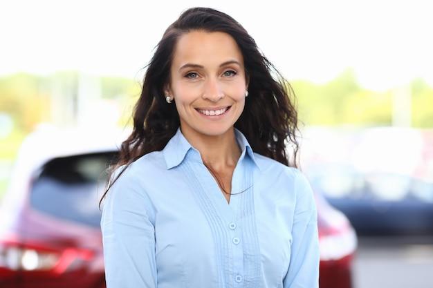 Portret uśmiechnięta bizneswoman w koszuli na ulicy.