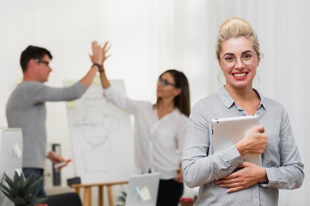 Portret uśmiechnięta blondynki kobieta trzyma laptop