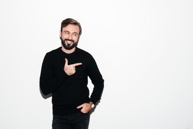 Portret uśmiechnięta brodata mężczyzna pozycja