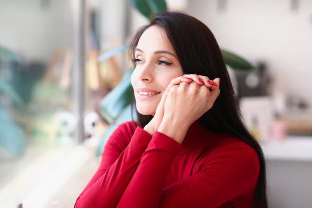 Portret uśmiechnięta brunetka kobieta z czerwonymi paznokciami