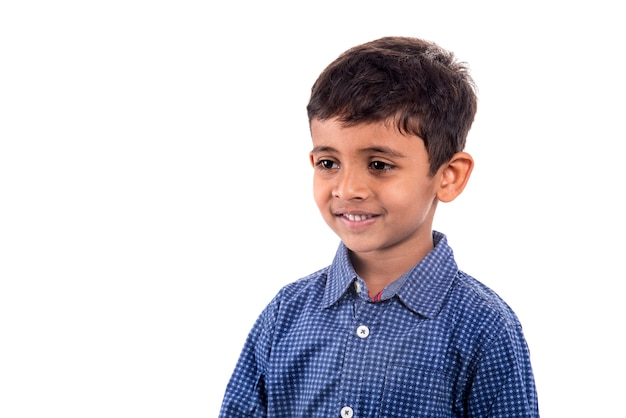 Portret uśmiechnięta chłopiec pozuje na białej przestrzeni.