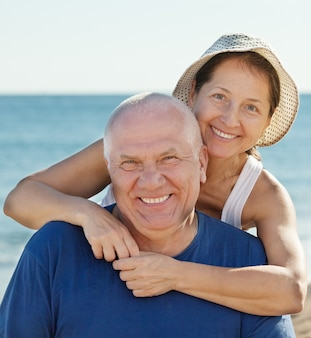 Portret uśmiechnięta dojrzała para