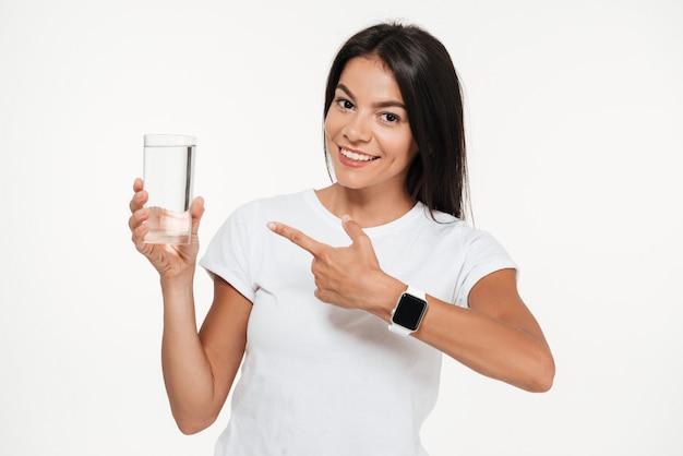 Portret uśmiechnięta dysponowana kobieta wskazuje palec