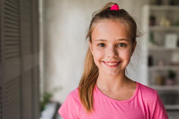 Portret uśmiechnięta dziewczyna patrzeje kamerę
