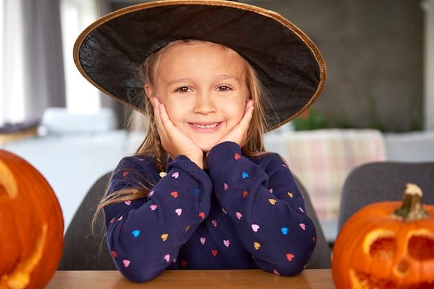 Portret uśmiechnięta dziewczyna w stroju czarownicy