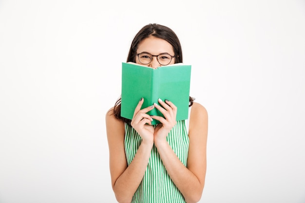 Portret uśmiechnięta dziewczyna w sukni i okularach