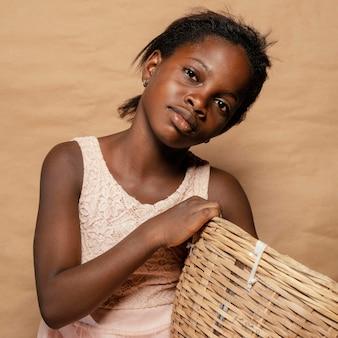 Portret uśmiechnięta dziewczyna z koszem ze słomy