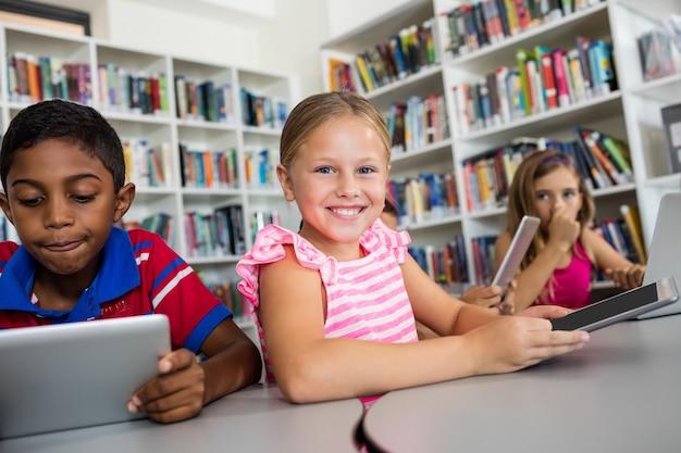Portret uśmiechnięta dziewczyna z pastylka komputerem osobistym