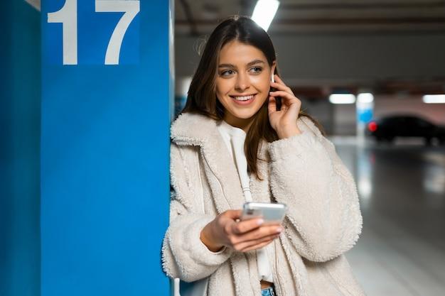 Portret uśmiechnięta dziewczyna z telefonem w ręce