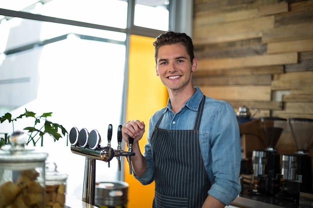 Portret uśmiechnięta kelner pozycja przy kontuarem