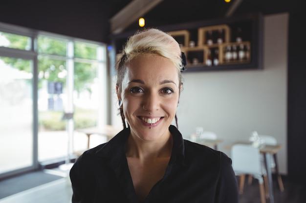 Portret uśmiechnięta kelnerka