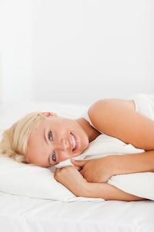 Portret uśmiechnięta kobieta budzi się