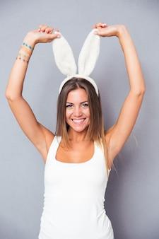 Portret uśmiechnięta kobieta ładny z uszami królika
