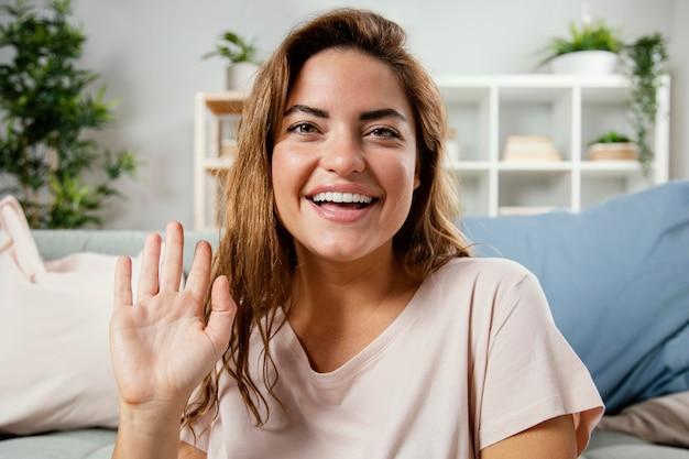 Portret uśmiechnięta kobieta macha