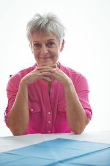 Portret uśmiechnięta kobieta na emeryturze