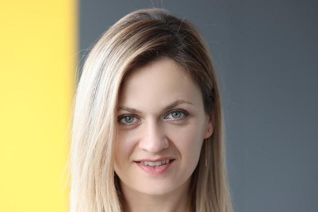 Portret uśmiechnięta kobieta na szarym tle. zawód konsultant biznesowy