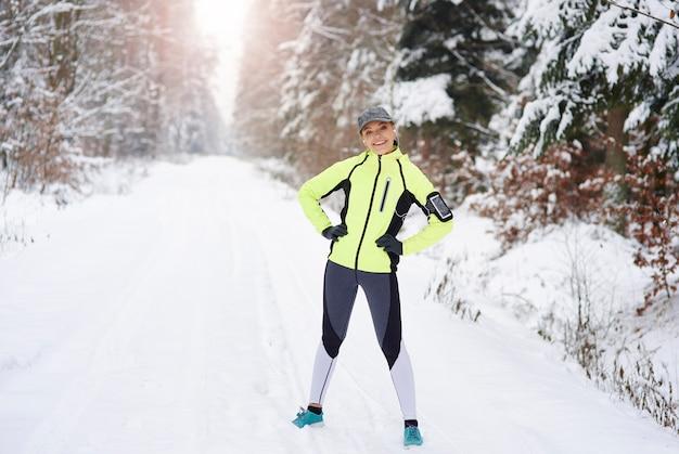 Portret uśmiechnięta kobieta po treningu na świeżym powietrzu