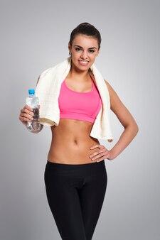 Portret uśmiechnięta kobieta po treningu