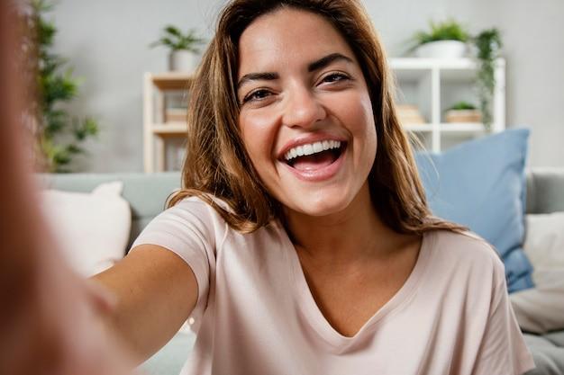 Portret uśmiechnięta kobieta śmiejąc się