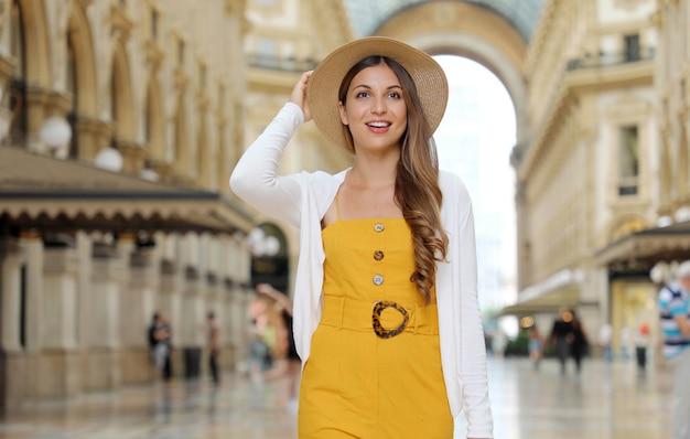 Portret uśmiechnięta kobieta turysta moda odwiedzając miasto mediolan we włoszech
