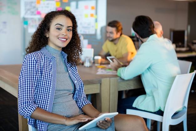 Portret uśmiechnięta kobieta w biurze