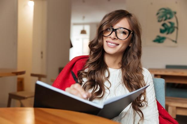 Portret uśmiechnięta kobieta w eyeglasses