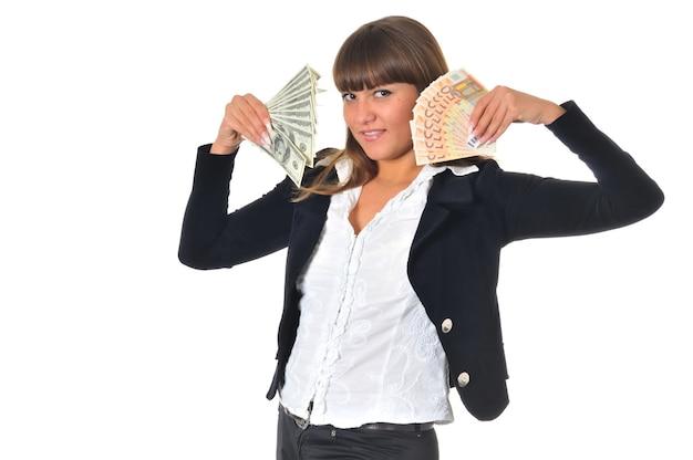 Portret uśmiechnięta kobieta wygrywa i dostaje pieniądze w gotówce