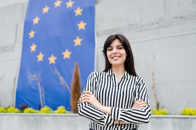 Portret uśmiechnięta kobieta z flaga unii europejskiej na