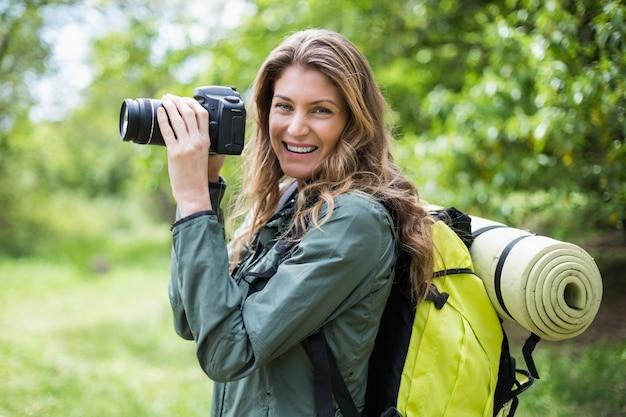 Portret uśmiechnięta kobieta z kamerą