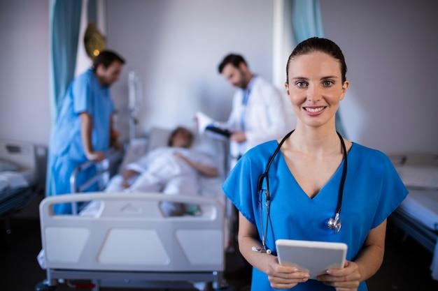 Portret uśmiechnięta kobiety lekarka trzyma cyfrową pastylkę