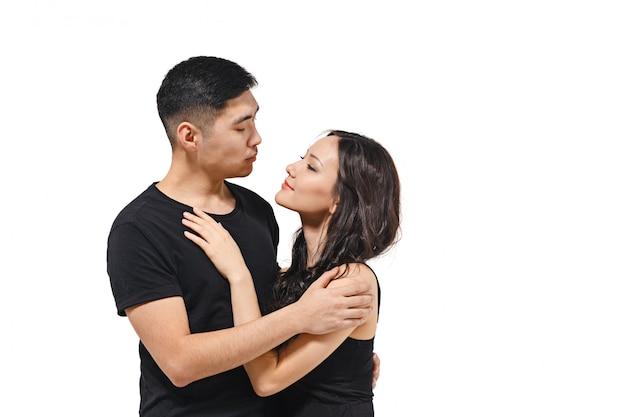 Portret uśmiechnięta koreańska para na białym tle