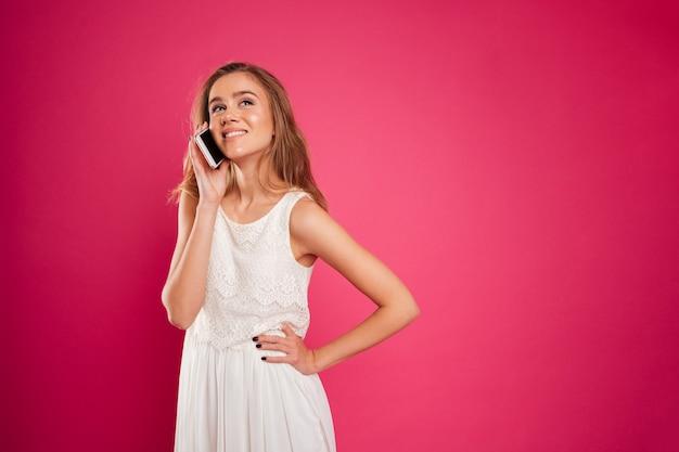 Portret uśmiechnięta ładna dziewczyna w sukni mówić