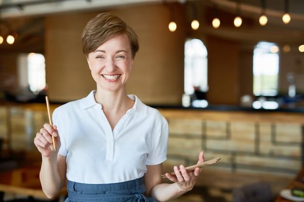 Portret uśmiechnięta ładna kelnerka