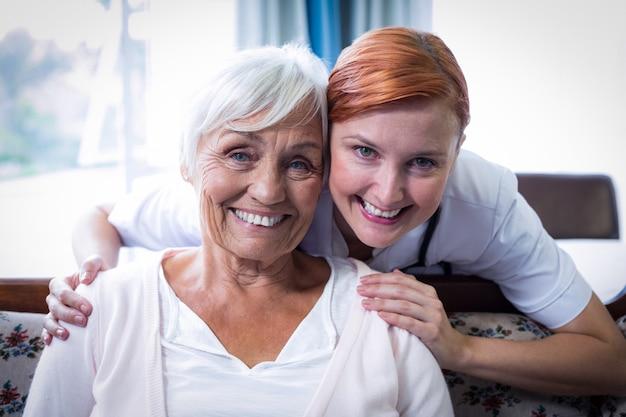 Portret uśmiechnięta lekarka i pacjent