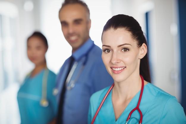 Portret uśmiechnięta lekarka i pielęgniarki