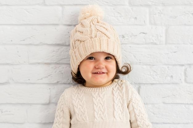 Portret uśmiechnięta mała dziewczynka z kapeluszem