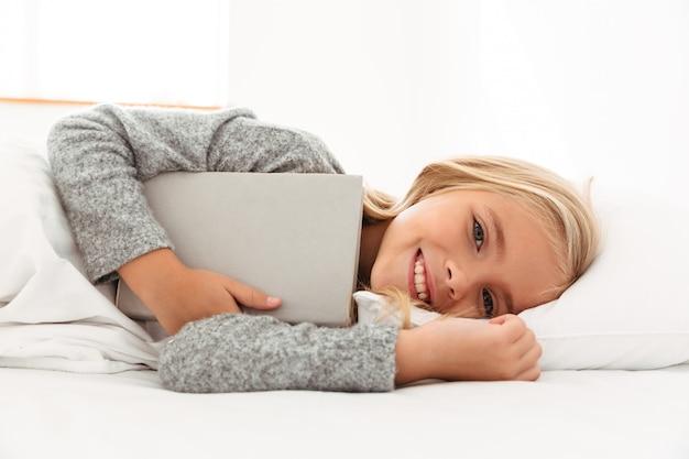 Portret uśmiechnięta mała dziewczynka