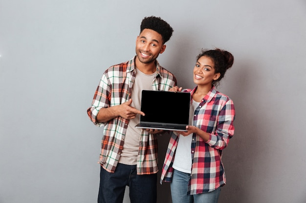 Portret uśmiechnięta młoda afrykańska para