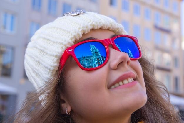 Portret uśmiechnięta młoda dziewczyna