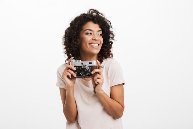 Portret uśmiechnięta młoda kobieta afro american z aparatem