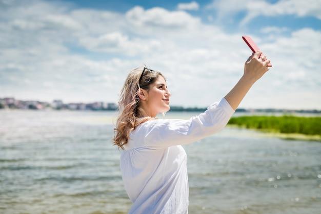 Portret uśmiechnięta młoda kobieta, która cieszy się wakacjami