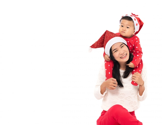 Portret uśmiechnięta młoda matka z synem świętować na białym tle
