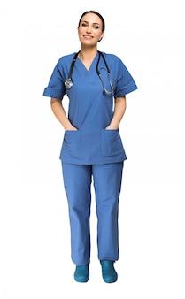 Portret uśmiechnięta młoda pielęgniarka pełna długość