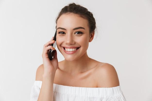 Portret uśmiechnięta młoda przypadkowa brunetki kobieta