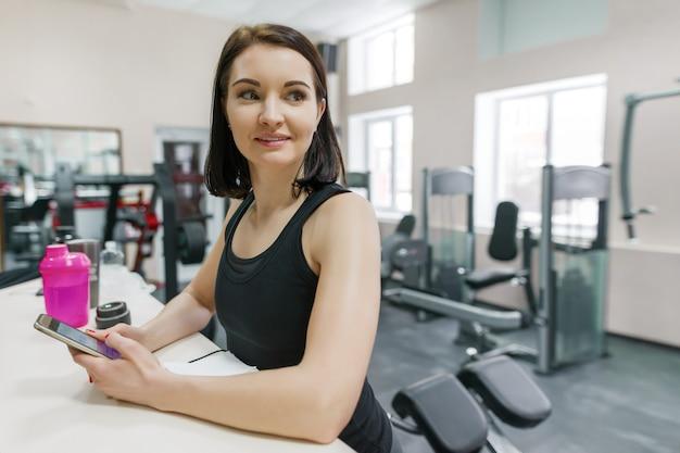 Portret uśmiechnięta młoda sprawności fizycznej kobieta w gym