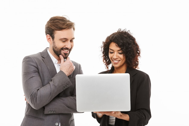 Portret uśmiechnięta para biznesu patrząc na komputer