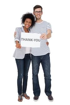 Portret uśmiechnięta para trzyma dziękuje ciebie notatkę