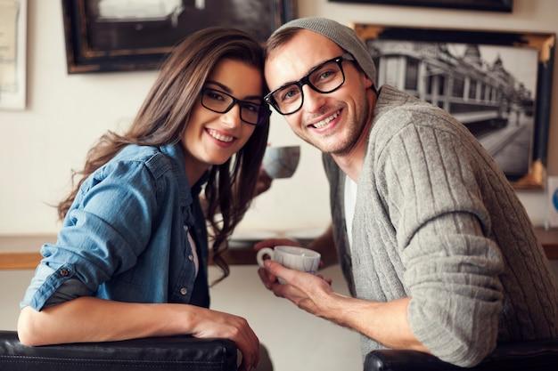 Portret uśmiechnięta para w kawiarni