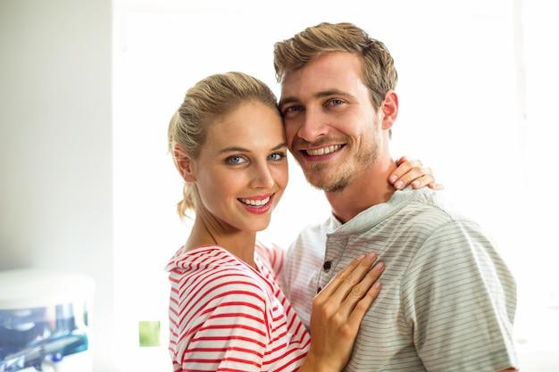 Portret uśmiechnięta para w kuchni